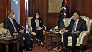 رئيس الحكومة الليبية فائز السراج يتحادث مع وزير الدفاع التركي خلوصي أكار في طرابلس - 2020/07/03