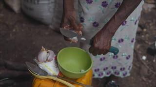 Mulher prepara refeição