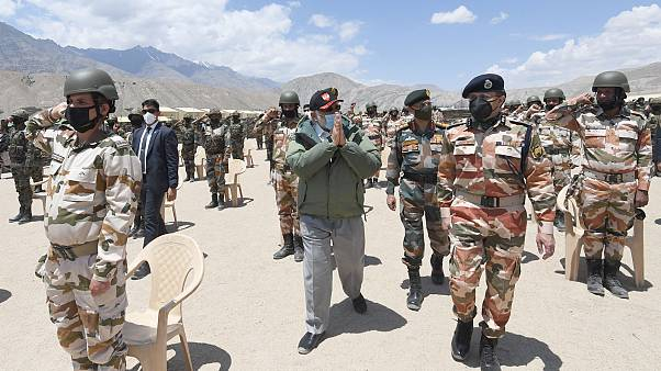 Hindistan Başbakanı Narendra Modi, Çin sınırındaki birlikleri denetledi