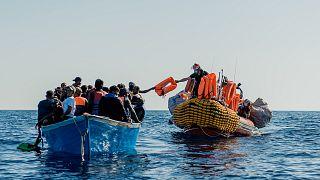 """زورق تابع """"لأوشن فايكينغ"""" يقترب من قارب مهاجرين خلال عملية إنقاذ في البحر الأبيض المتوسط - 2020/06/30"""