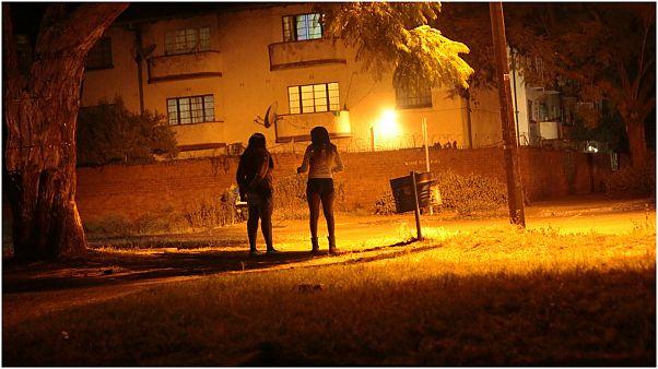 العاملون في مجال الجنس ينتظرون العملاء في هراري - زيمبابوي.