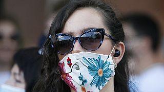 Maszkot viselő nő Ukrajnában