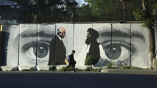 Az amerikai Zalmay Khalilzad és Mullah Abdul Ghani Baradar tálib tárgyaló képe egy kabuli falon