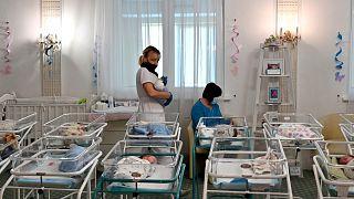 الممرضات يرعون الأطفال حديثي الولادة في فندق البندقية في كييف