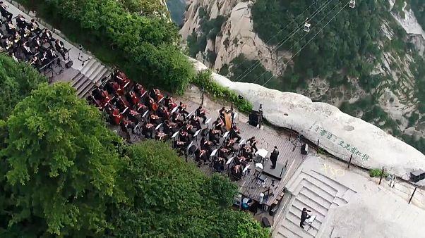 شاهد: حفل موسيقي صيني على قمة جبل هواشان الشاهقة يتيح متعة بصرية فائقة