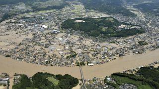 Japonya'nın güneybatısındaki Kumamoto eyaletinde şiddetli yağmur ve taşkında 10'dan fazla kişi öldü.