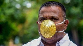 رجل الأعمال شانكار كورهادي يضع كمامة ذهبية