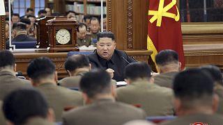 زعيم كوريا الشمالية كيم جونغ أون يتحدث خلال اجتماع للحزب الحاكم - 2019/12/22