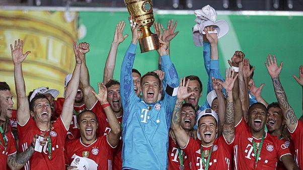 لاعبو بايرن ميونخ يحتفلون بإحراز الكأس إثر الفوز في النهائي أمام باير ليفركوزن - 2020/07/04