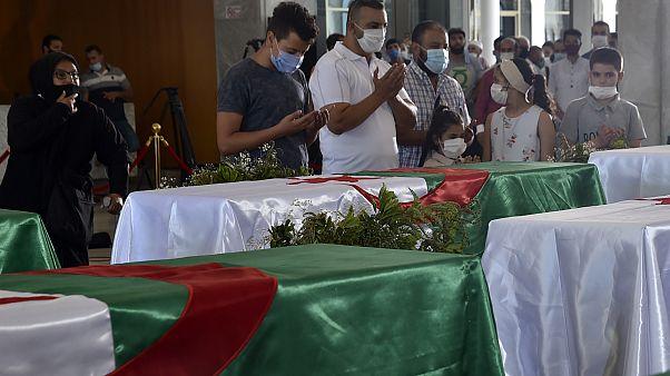 مواطنون جزائريون يترحمون على أرواح رجال المقاومة الجزائرية الذين استشهدوا خلال الحقبة الإستعمارية الفرنسية للجزائر - 2020/07/04