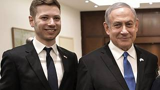 بنيامين نتانياهو إلى جانب نجله يائير