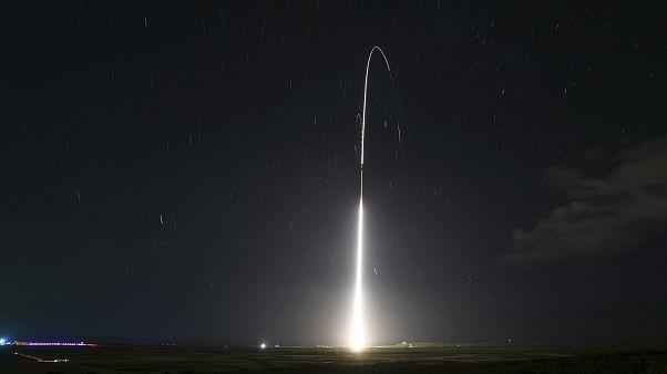 صورة توضيحية لعملية إطلاق قمر صناعي- أرشيف