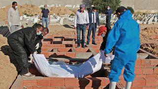 دفن مهاجرين قضوا غرقا في تونس