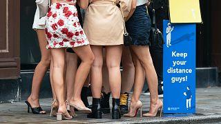 Angol nők egy manchesteri söröző előtt