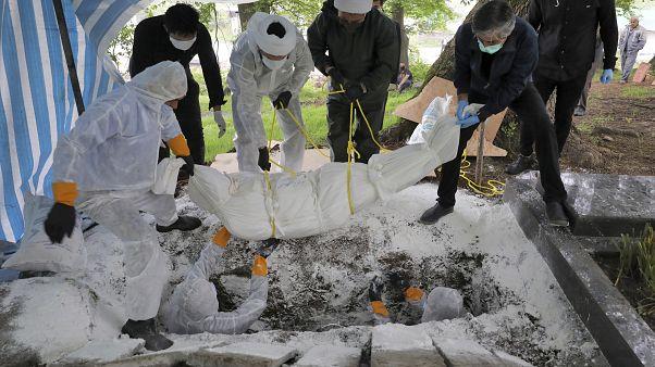 دفن إحدى ضحايا كورونا في إيران