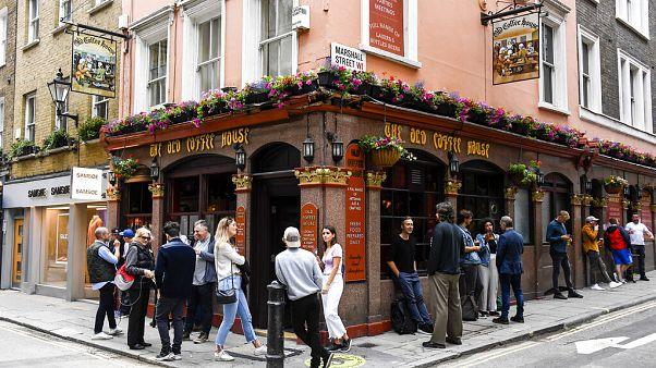 """Pub-Öffnung in England: """"Betrunkene können keinen Abstand halten"""""""