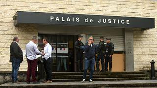صورة أرشيفية لشرطي فرنسي يقف أمام قاعة محكمة