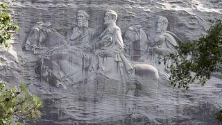 ABD: Siyahi eylemciler ırkçı anıt kayanın bulunduğu parkta ağır silahlarla yürüyüş düzenledi