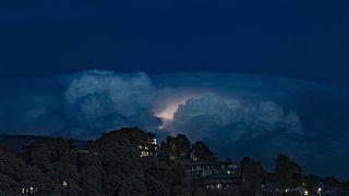 وميض برق يضيء سماء ممطرة كثيفة السحب في دارمسالا في الهند - 2020/04/19