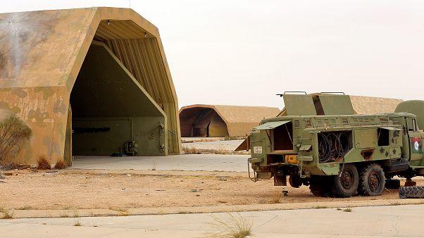 عربات عسكرية في قاعدة الوطية الجوية التي تسيطر عليها قوات حكومة الوفاق الوطني اليبية جنوب غربي طرابلس - 2020/05/18
