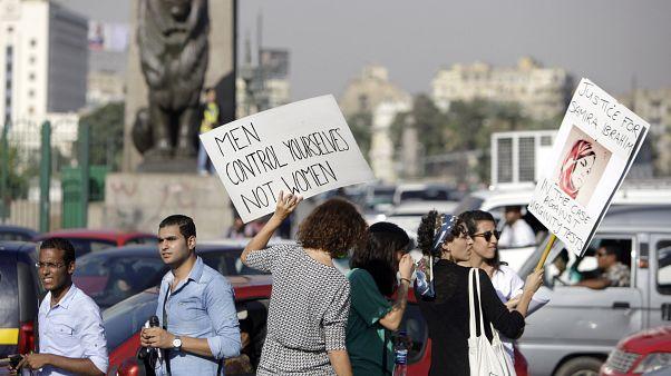Mısır'ın başkenti Kahire'de tacize karşı protesto gösterisi düzenleyen kadınlar (arşiv)