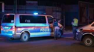 La police autrichienne bloquant l'accès d'une rue non loin du lieu où le corps de Mamikhan Umarov a été découvert le 4 juillet à Gerasdorf, non loin de Vienne