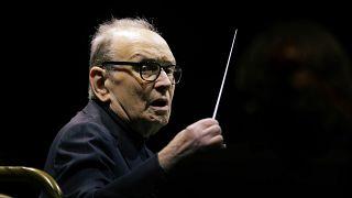 Ennio Morricone dirigiendo una orquesta
