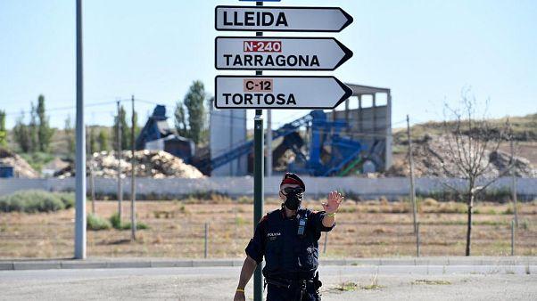 Un miembro de la policía regional catalana Mossos d'Esquadra controla un puesto en la carretera que conduce a Lleida el 4 de julio de 2020.