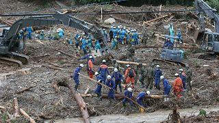 اليابان: مقتل العشرات في فيضانات ورجال الإنقاذ يحاولون إنقاذ ما يمكن إنقاذه