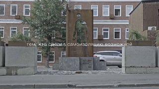 В Москве появился памятник курьерам