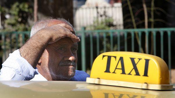 شاهد: سائقو التاكسي في لبنان يتظاهرون احتجاجا على تراجع قيمة الليرة