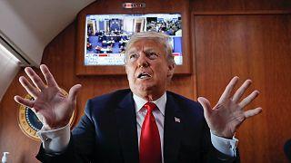 Donald Trump az Air Force One-on is a hírek rabja