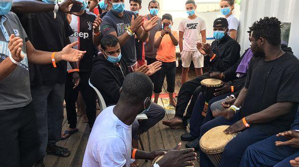 ۱۸۰ مهاجر نجات یافته از دریای مدیترانه با شادمانی در خاک ایتالیا پیاده شدند