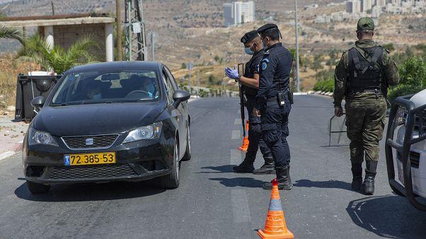 وحدة أمنية فلسطينية عند نقطة تفتيش - مدخل مدينة رام الله بالضفة الغربية