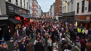 4 luglio 2020, la movida tra i bar nella zona di Soho a Londra