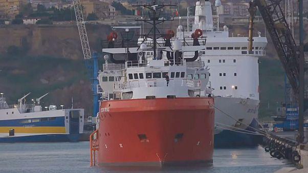 D'un bateau à l'autre pour les migrants de l'Ocean Viking