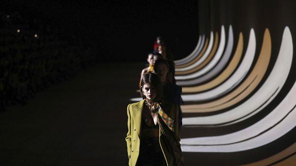 İlk kez çevrimiçi düzenlenen Paris Moda Haftası'nda Dior'a 'siyahi manken yok' eleştirisi