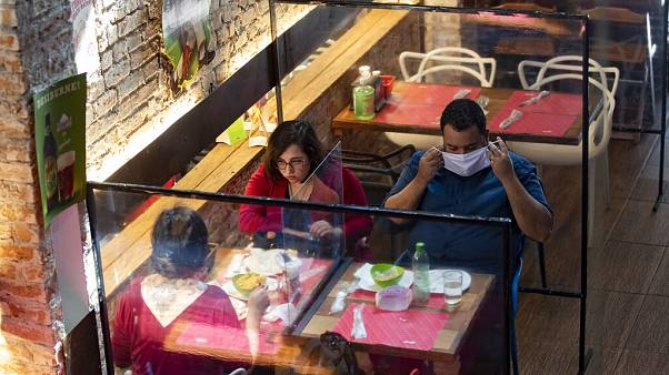 COVID-19: Καταργείται το όριο των 6 ατόμων ανά τραπέζι - Τέλος και η μάσκα στα εμπορικά κέντρα