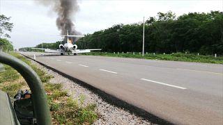 شاهد: هبوط طائرة يشتبه في أنها محملة بالمخدرات على طريق سريع بالمكسيك