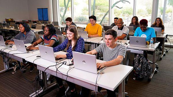 آمریکا ویزای دانشجویان خارجی که کلاسهایشان تماما آنلاین شده را لغو میکند