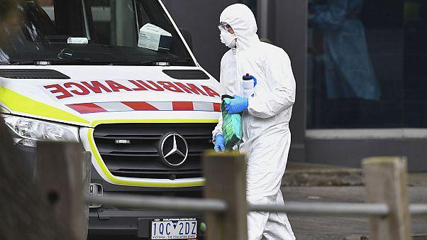 Membre des services de santé d'urgence dans un quartier de Melbourne, cluster de cas de Covid-19, le 6 juillet 2020