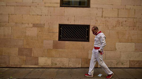 Un mozo pasea en solitario por las calles de Pamplona