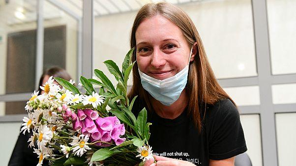 Szvetlana Prokopjeva a 2020. július 6-i ítélethirdetés után, virágcsokorral