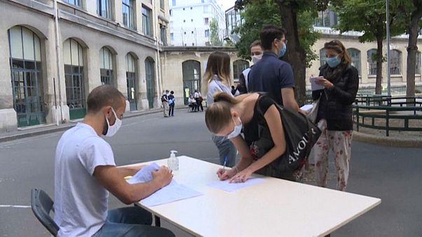Des lycéens consultent leurs résultats, à Paris.