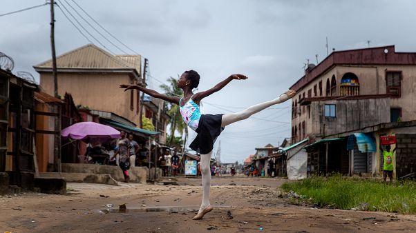 تمرین رقص با کفشهای سوراخ؛ جوان نیجریهای در یک منطقه فقیر نشین باله تدریس میکند
