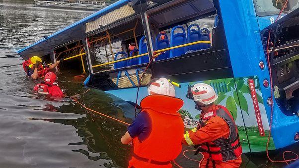 China: Bus stürzt in Wasserreservoir, mindestens 21 Tote