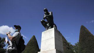 Un visiteur devant le Penseur de Rodin, le 7 juillet 2020