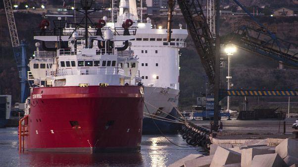 """Die """"Ocean Viking"""" im Hafen von Porto Empedocle"""