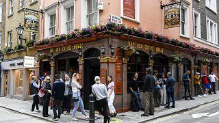A peine rouverts, trois pubs anglais ferment après des cas de Covid-19 parmi leurs clients