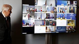 Μεταναστευτικό: Υπέρ μόνιμης ευρωπαϊκής λύσης ο Ζεεχόφερ